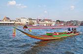 Båt på floden chao phraya i bangkok — Stockfoto