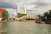 Olho em Malaca e arco de ponte sobre o rio perto jambatan velho b — Fotografia Stock