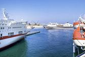 Barcos cerca del volcán etna, sicilia. — Foto de Stock