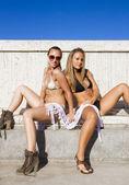 Dvě dívky pózuje v plavkách — Stock fotografie