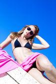Ragazza con gli occhiali da sole sulla spiaggia — Foto Stock