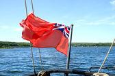 Canadese vlag op penetanguishene bay, ontario, canada. — Stockfoto