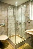 Salle de bain avec douche — Photo