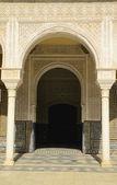 Arco e porta no palácio de sevilha — Foto Stock
