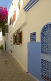 Vit vägg med detaljer i blått — Stockfoto