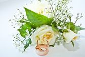 Bridal Bouquet and wedding rings — Stock Photo