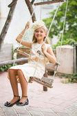 Petite fille sur la balançoire — Photo