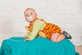 Een baby in tijger pak — Stockfoto
