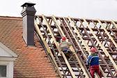 Trabalhador no telhado — Foto Stock