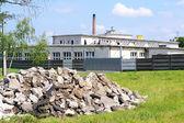 Escombro de hormigón frente a la fábrica — Foto de Stock