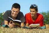Zwei schüler lernen im freien — Stockfoto