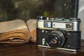 Vintage camera and old book — Stockfoto