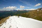 Schneebedeckten bergrücken — Stockfoto