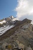 Alpinist on the mountain ridge — Stock Photo