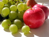 Green vine grape and red apples — Stock Photo