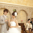 Newlywed couple toasting champagne flutes - 图库照片