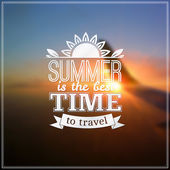 Summer time typography design on blurred sky background — Vecteur