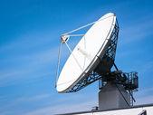 Satelliten-schüssel — Stockfoto