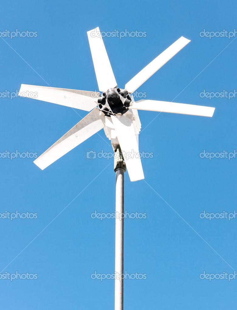 现代风力发电机在蓝蓝的天空