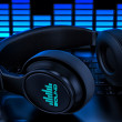 Headphones on laptop. Recording audio — Stockfoto