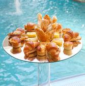 Tuzlu ekmek ve kruvasanlar büfe — Stok fotoğraf