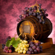 White and red grapes with wine barrel — Stockfoto