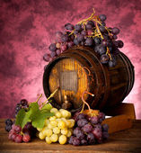White and red grapes with wine barrel — Stock Photo