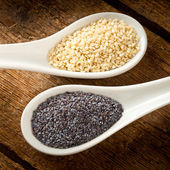Sesame seeds and poppy seeds — Stock Photo