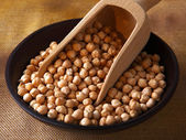Bowl of raw chickpeas — Stock Photo