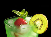 Mint drink with strawberries and kiwi — Stock Photo
