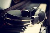 Fones de ouvido e teclado de piano — Foto Stock
