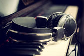 Piano keyboard and headphones — 图库照片
