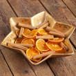 Centerpiece Christmas with orange slices and cinnamon — Stock Photo #34111113