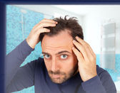 Man controls hair loss — Fotografia Stock