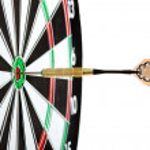 Bulls eye alvo com dardos — Fotografia Stock  #38390875