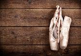 Oude gebruikt roze ballet schoenen opknoping — Stockfoto
