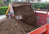 Excavator loading dumper truck tipper — Stock Photo