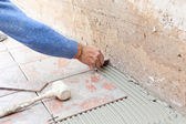 Tiler works with flooring — Stock Photo