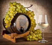 White wine with grapes and barrel — Stock Photo