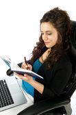 Jolie femme travaillant sur ordinateur portable — Photo