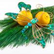 Dragonfly Kerstdecoratie en twee mandarijnen op pine twig op — Stockfoto