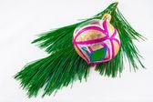 Kerst ornament op pine takje op een witte achtergrond — Stockfoto