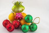 Frog decoration on three mandarins with christmas ornaments on a — Stock Photo