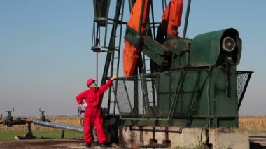 Pump Jack and Oil Worker — Vídeo Stock
