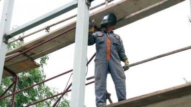 Construction Worker Welding Steel — Wideo stockowe