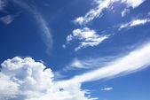 Modré pozadí oblohy s bílé mraky — Stock fotografie