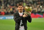 Messi trzyma jego złotą piłkę — Zdjęcie stockowe