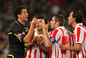 Atletico Madrid players discuss with the referee — Stock Photo