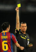 Spanish Referee Muniz Fernandez delivers yellow card — Stock Photo