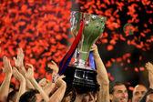 FC Barcelona's players hold up La Liga trophy — Foto de Stock